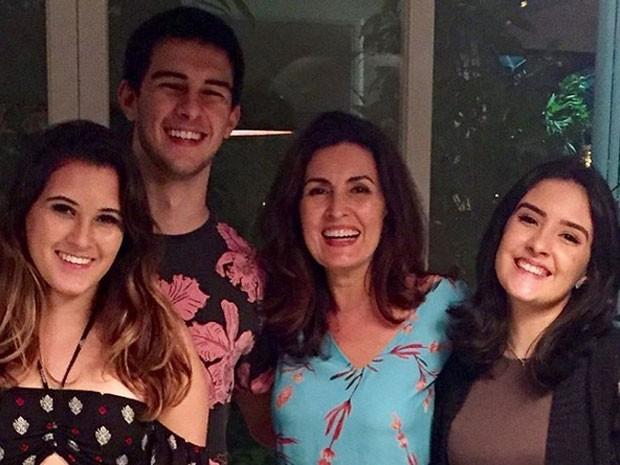 Fátima Bernardes comemora o aniversário de 19 anos dos filhos, Beatriz Bonner, Vinícius Bonner e Laura Bonner (Foto: Instagram/ Reprodução)