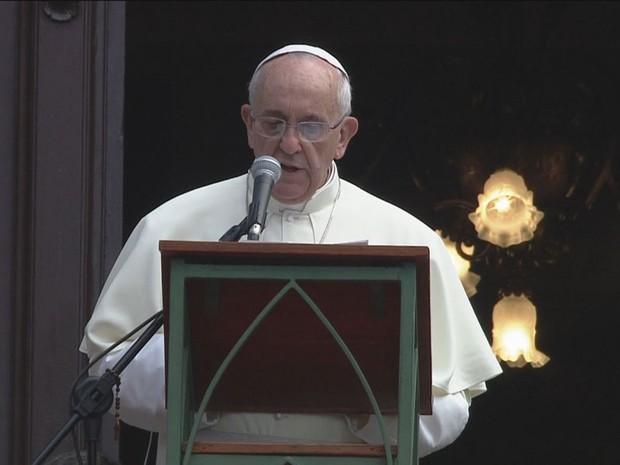 26/7 - Papa Francisco reza o Ângelus com multidão de fiéis no Rio (Foto: Reprodução/Globo News)
