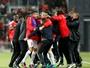 Inter abre dois, deixa time de Israel virar e está eliminado da Liga Europa