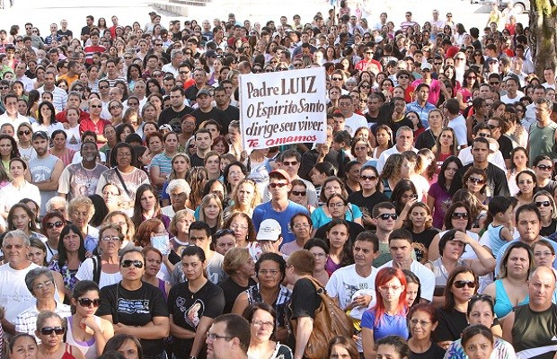 Protesto pela volta do padre Luiz em 17 de abril de 2011, em Goiânia (Foto: Diomício Gomes/O Popular)