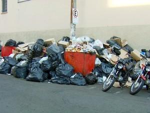 Lixo acumulado pelas ruas de Americana, SP (Foto: Reprodução / EPTV)