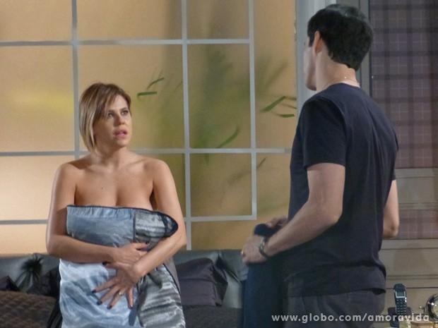 Edith tenta, mas Félix não quer saber dela (Foto: Amor à Vida / TV Globo)