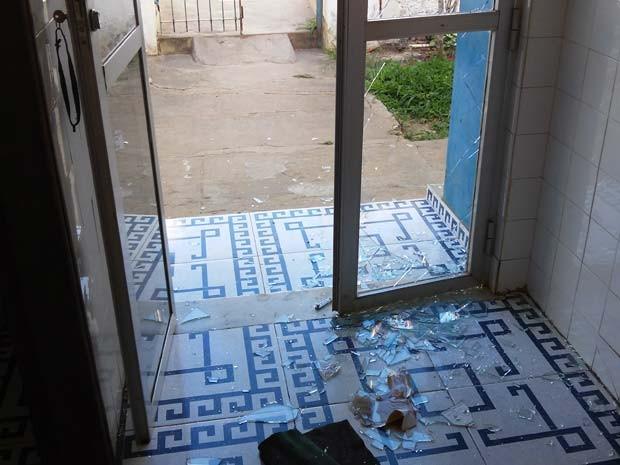 Porta de vidro da delegacia foi quebrada durante a invasão de criminosos em Itiruçu (Foto: Tiago Santos/ Blog Itiruçu Online )