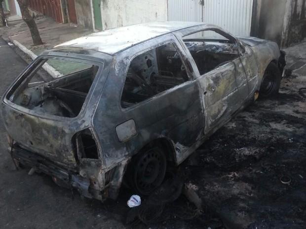 Carro ficou totalmente destruído após o incêndio  (Foto: Arquivo pessoal)