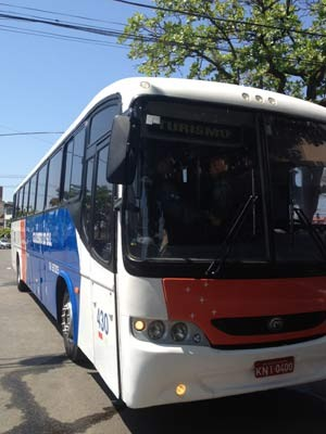 O ônibus interceptado pelos policiais parado nom pátio da 34ª DP (Foto: Cristiane Cardoso/G1)