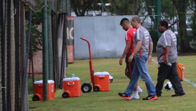 Alex, meia do Inter, deixa o treino mais cedo por lesão (Foto: Tomás Hammes / GloboEsporte.com)