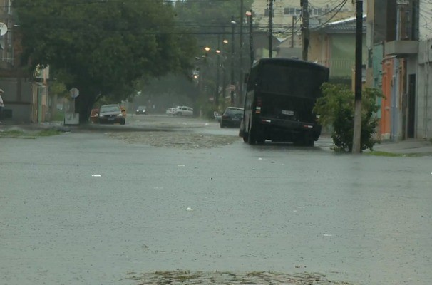 Em Pelotas, RS, algumas ruas ficaram alagadas por conta das chuvas  (Foto: Reprodução/RBS TV)