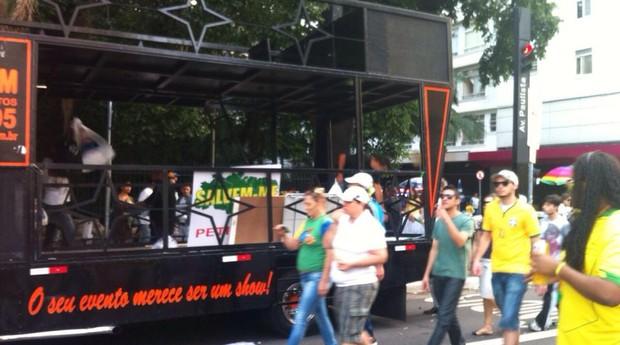 Carros de som começam a ser desmontados na Avenida Paulista. Manifestantes estão deixando o local (Foto: Thais Lazzeri/ÉPOCA)