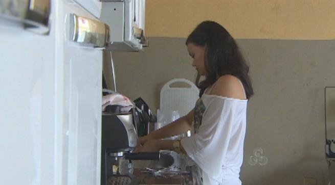 """""""Enquanto não acha uma doméstica, a solução é fazer os serviços sozinha"""", diz Évelyn Teramoto (Foto: Amazônia TV)"""