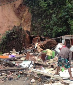 Deslizamento de pedra destrói  casa em Nova Friburgo, no RJ (Guilherme Peixoto/InterTv)