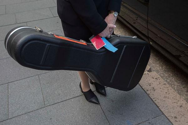 A guitarra do músico Malcolm Young do AC/DC levada em seu funeral (Foto: Getty Images)