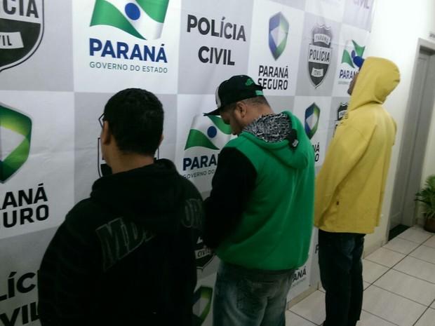 Três suspeitos foram levados para delegacia de Cianorte nesta sexta-feira (12) (Foto: Divulgação/Denarc)