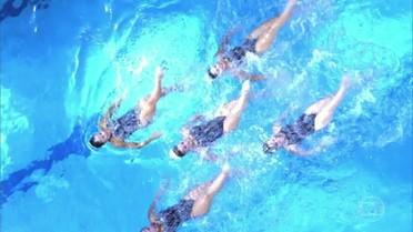 Equipe de nado sincronizado faz homenagem para Naldo