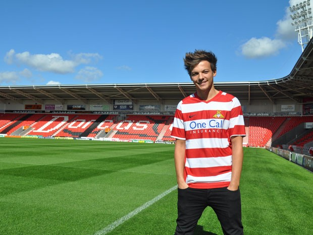 Louis Tomlinson, do One Direction, no campo do Doncaster Rovers FC, time da segunda divisão da Inglaterra com quem acaba de assinar acordo 'não contratual (Foto:  Steve Uttley/PA/AP)