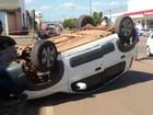 Carro capota após colisão com moto no centro de Rolim de Moura, RO
