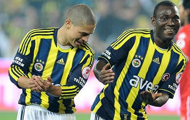 Alex comemorando gol do  Fenerbahçe (Foto: Divulgação / Site oficial do Fenerbahçe)