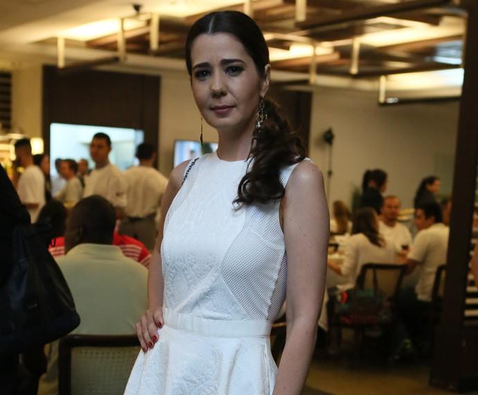 Toda de branco, Cristiane Amorim se junta a elenco (Foto: Isabella Pinheiro/Gshow)