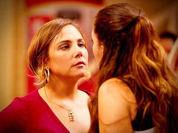 Monlaisa não amolece e esculacha Olenka na frente de todos (Foto: Avenida Brasil / TVGlobo)