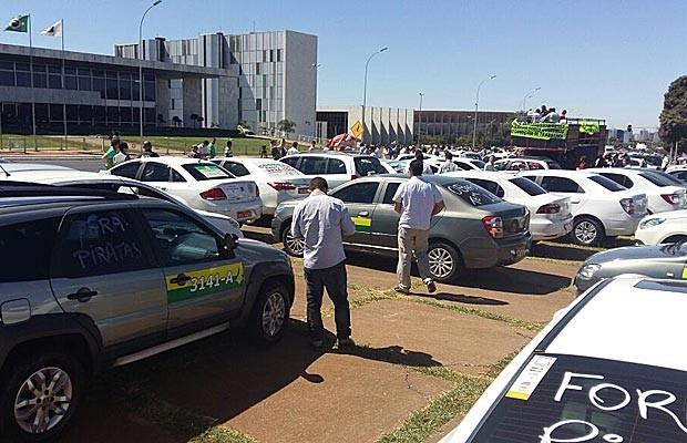 Táxis estacionados em frente ao Palácido do Buriti, em Brasília, durante protesto na manhã desta segunda-feira (Foto: Isabella Calzolari/G1)