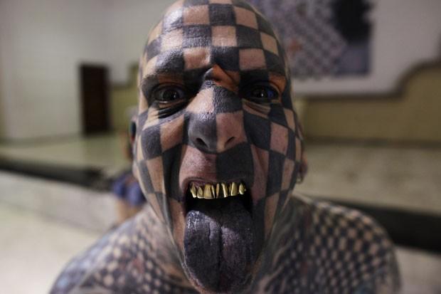 Gone tem uma tatuagem no rosto que lembra um tabuleiro de xadrez (Foto: Daniel Becerril/Reuters)