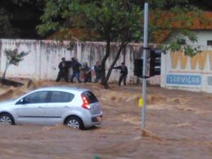 Vítimas arrastadas pela correnteza em Uberlândia detalham fato (Foto: Cícero Ambrósio )