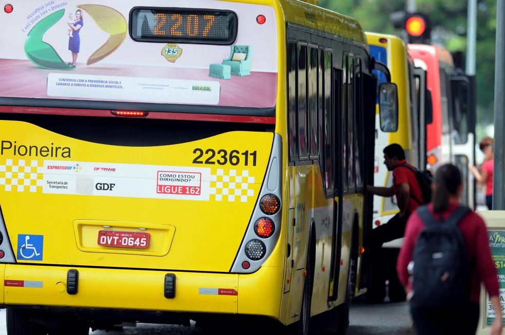 Passageiro embarca em ônibus do BRT Sul, em Brasília (Foto: Gabriel Jabur/GDF/Divulgação)