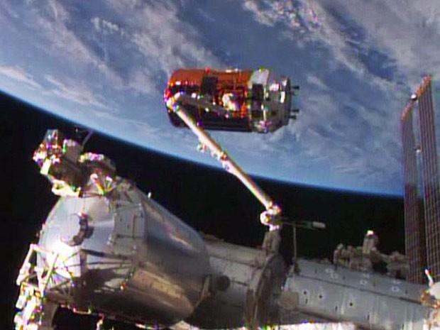 """Braço robótico da estação espacial """"agarra"""" módulo japonês que levou suprimentos e equipamentos ao espaço, como o nanossatélite brasileiro (Foto: Nasa TV/Divulgação)"""