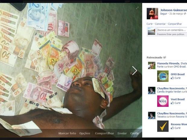 Preso postou fotos no Facebook com notas de dinheiro (Foto: Reprodução / Facebook)