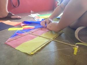 Crianças aprendem sobre montagem de pipas e riscos da brincadeira (Foto: Fabiana Figueiredo/G1)