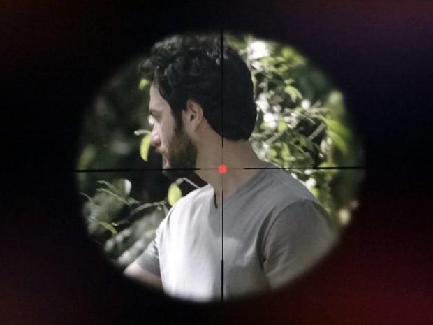 Sem saber, Rodrigo vira alvo de Fernando (Foto: Amor Eterno Amor / TV Globo)