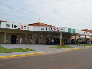 Vítima foi socorrida ao Hospital Estadual de Urgência e Emergência (Heuro) (Foto: Magda Oliveira/G1)