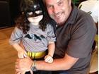 Filha de Jayme Monjardim aparece com roupa de Batman