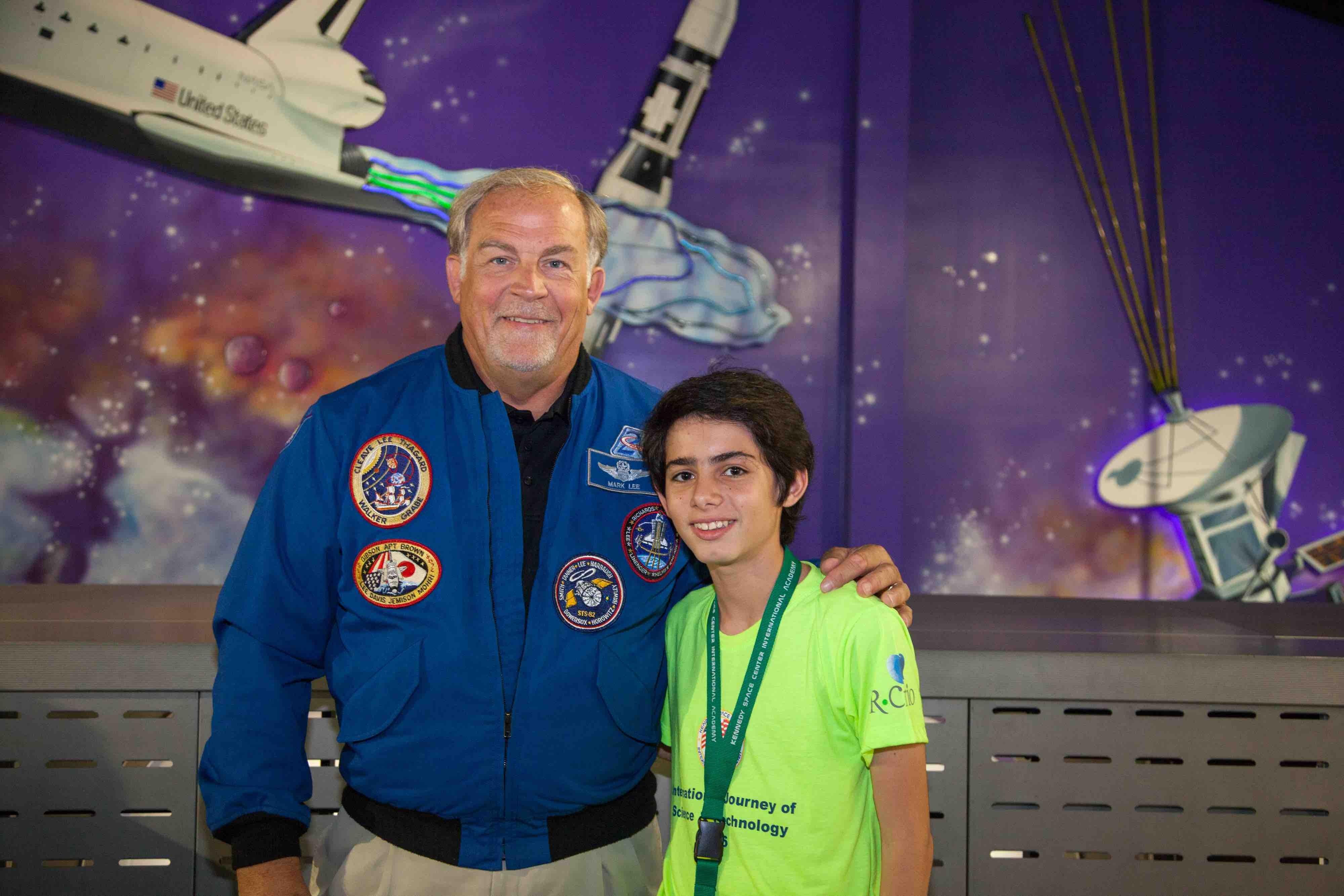 Guilherme Oliveira com o ex-astronauta Mark Charles Lee (Foto: Divulgação)