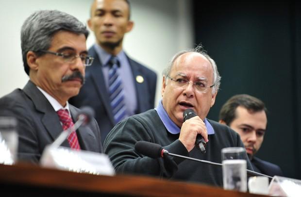 Ao lado do relator da CPI da Petrobras, Luis Sérgio (esquerda), o ex-diretor da companhia Renato Duque fala aos parlamentares (Foto: Gabriela Korossy/Câmara dos Deputados)