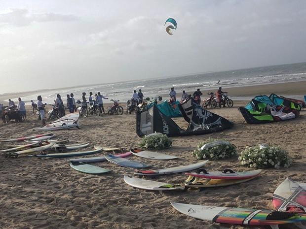 Surfistas amigos do empresário participaram da homenagem (Foto: Via Piauí)