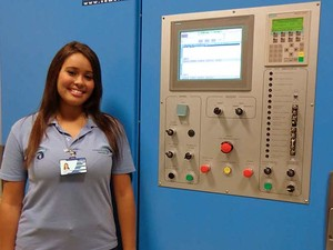 Déborah e a máquina que controla a operação do Teleférico. (Foto: Guilherme Brito / G1)