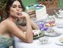 Thaila Ayala se lambuza de bolo em ensaio de fotos para revista