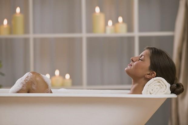 Que tal um banho bem quente? (Foto: Think Stock)