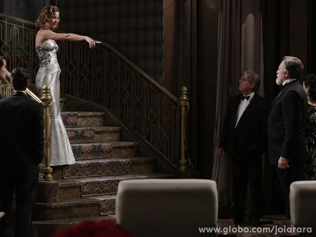 Sensual, Hilda canta parabéns para Ernest à lá Marilyn Monroe (Foto: Fábio Rocha/ TV Globo)