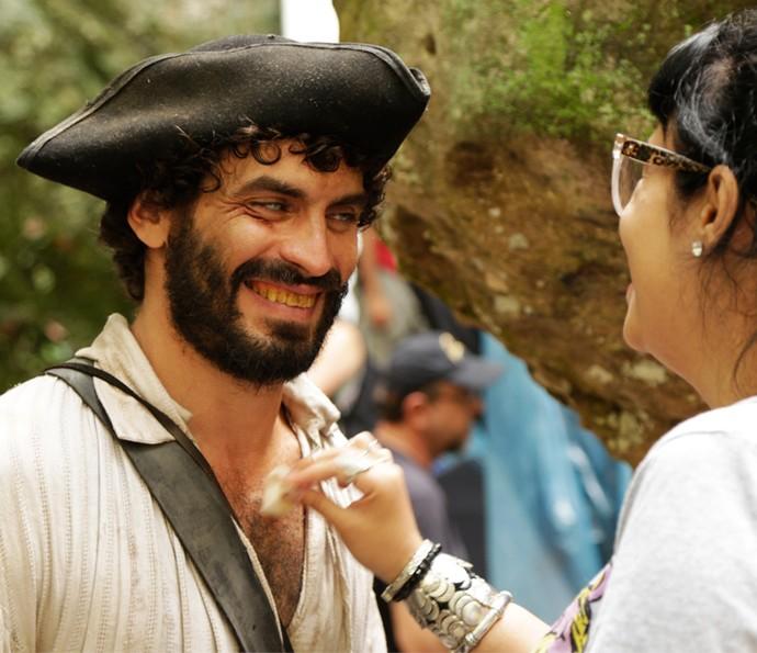 Nikolas Antunes recebe retoques na caracterização de seu personagem Simão (Foto: Alessandra Albuquerque/Gshow)