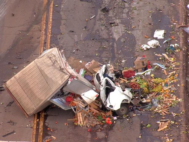 Caminhão ficou destruído após acidente na BR-040, em BH (Foto: Reprodução/TV Globo)
