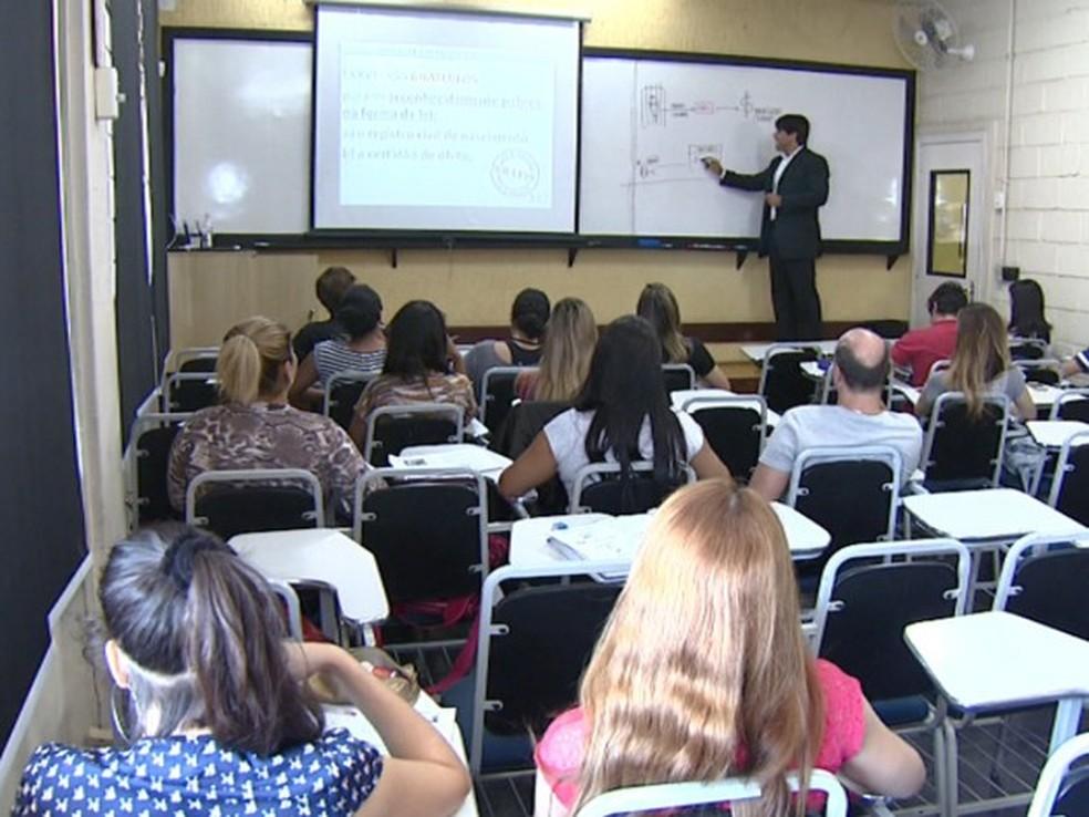 Candidatos estudam para concurso público em Campinas (SP) (Foto: Reprodução/EPTV)