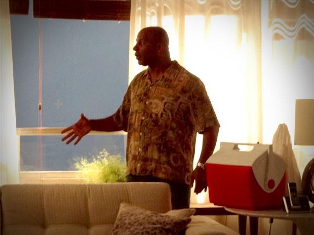 Silas chega ao apartamento e é agarrado por Monalisa (Foto: Avenida Brasil / TV Globo)