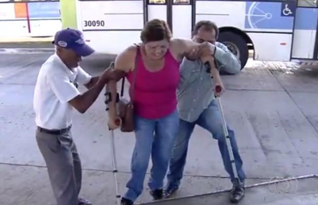 Darci precisa de entrar em terminal pela área de ônibus e da ajuda de passageiros em Goiânia, Goiás (Foto: Reprodução/ TV Anhanguera)