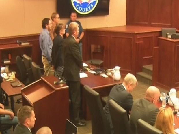 James Holmes (esquerda) é visto no tribunal enquanto o veredicto é lido nesta imagem capturada de um vídeo, em Denver, Colorado, no dia 16 de julho (Foto: Reuters/Pool)