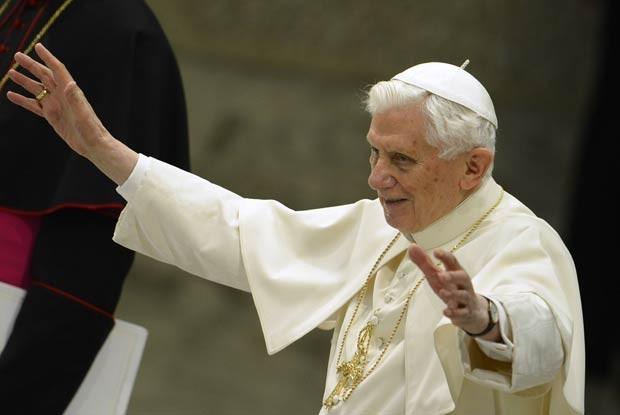 O Papa Bento XVI saúda os fiéis na audiência pública desta quarta-feira (13) no Vaticano, a primeira após ele anunciar que vai renunciar em 28 de fevereiro (Foto: AFP)