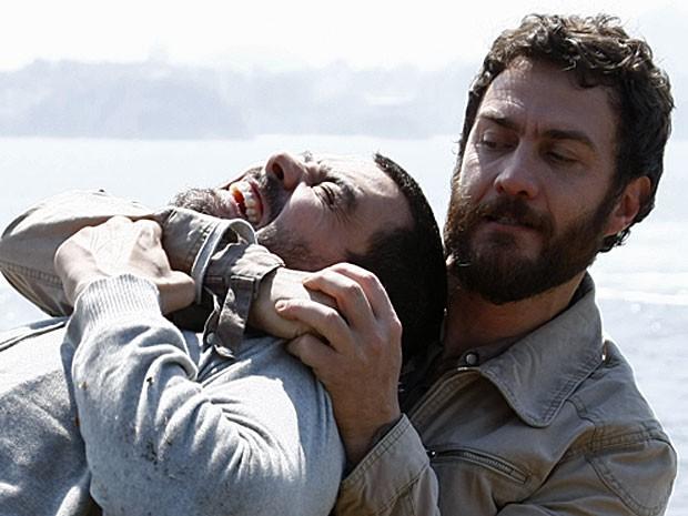 Rodrigo e Fernando brigam por Miriam (Foto: Amor Eterno Amor/TV Globo)