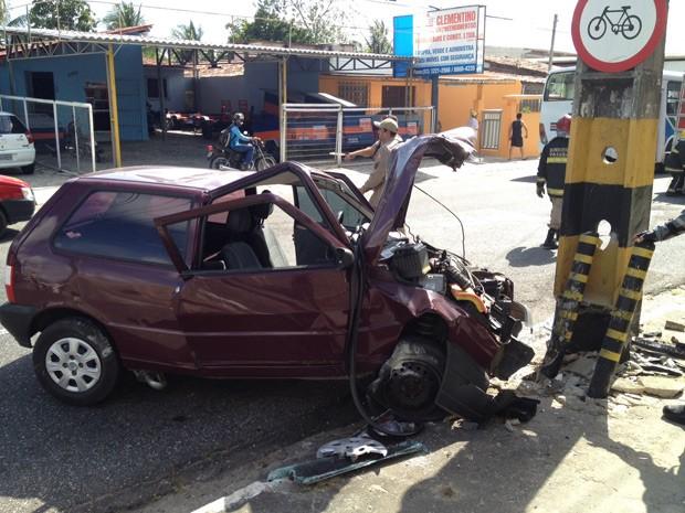 Um carro bateu frontalmente contra um poste na manhã desta quarta-feira (7). De acordo com o Corpo de Bombeiros, o acidente aconteceu na Avenida Pedro II, em João Pessoa (Foto: Walter Paparazzo/G1)