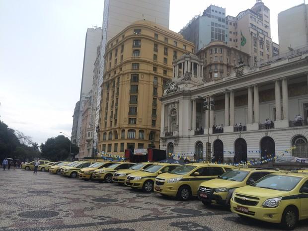 Dezenas de táxis estacionaram sobre a calçada da Cinelândia (Foto: Marcelo Elizardo/G1)