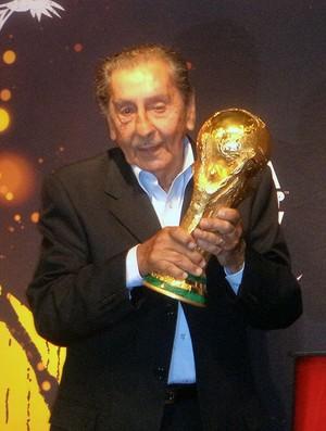 Gigghia com a taça da Copa do Mundo tour Uruguai (Foto: Cassius Leitão)